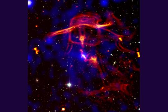 """Come vulcani: i buchi neri producono bolle, anelli e filamenti di """"fumo intergalattico"""""""